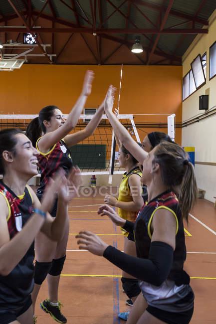 Fiving alta squadra di pallavolo femminile — Foto stock