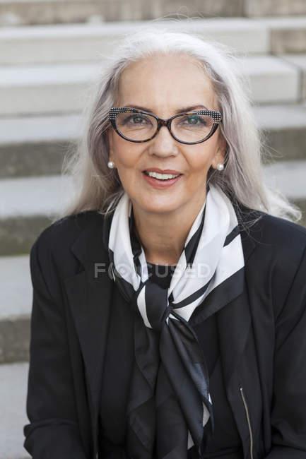 Porträt einer modischen Geschäftsfrau — Stockfoto