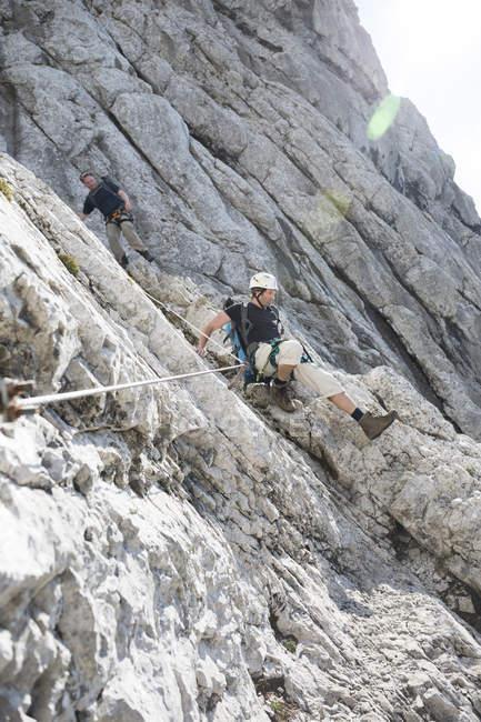 Тіроль, Австрія-Вільдер-Кайзер, двоє чоловіків, піднявшись на Віа ferrata — стокове фото