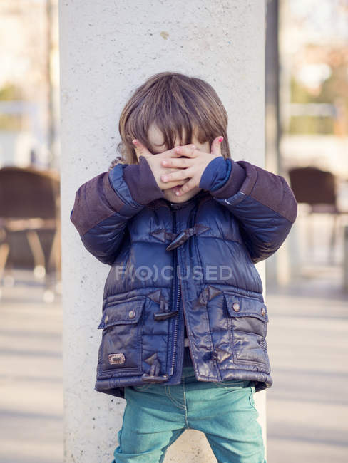 Garotinho, cobrindo o rosto com as mãos — Fotografia de Stock