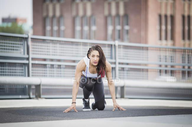 Молодая кавказская женщина тренируется на открытом воздухе — стоковое фото