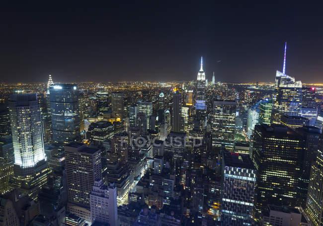 Estados Unidos, Nueva York, paisaje urbano de Midtown Manhattan por la noche desde arriba - foto de stock