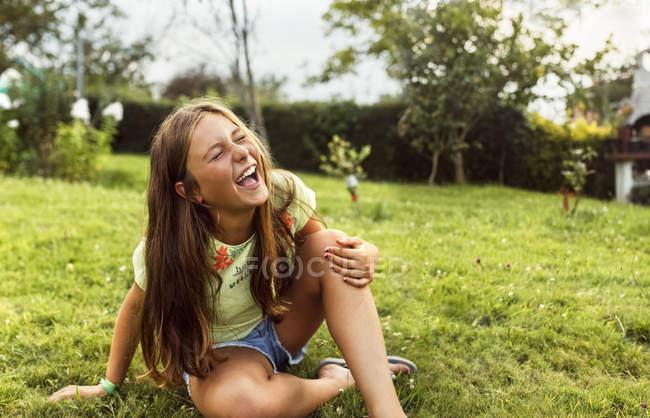 Retrato de una niña divirtiéndose al aire libre - foto de stock