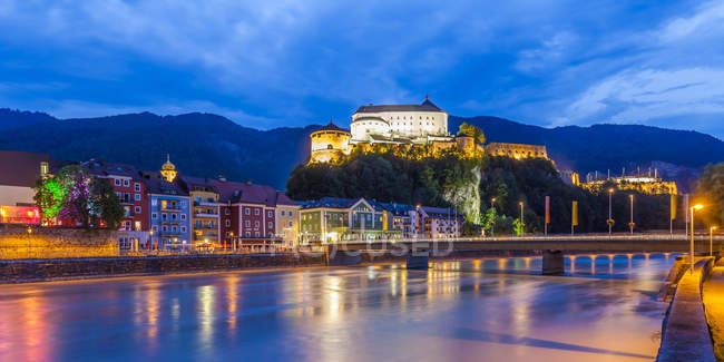Austria, Tyrol, Kufstein, Fortress, Inn river and old town in the evening — Stock Photo