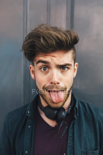 Портрет милий hipster красивий чоловік у навушники — стокове фото