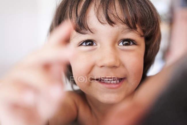 Портрет улыбающегося мальчика с карими глазами — стоковое фото