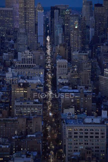 США, Нью-Йорк, Траффик на 5-й авеню вечером, вид с воздуха — стоковое фото