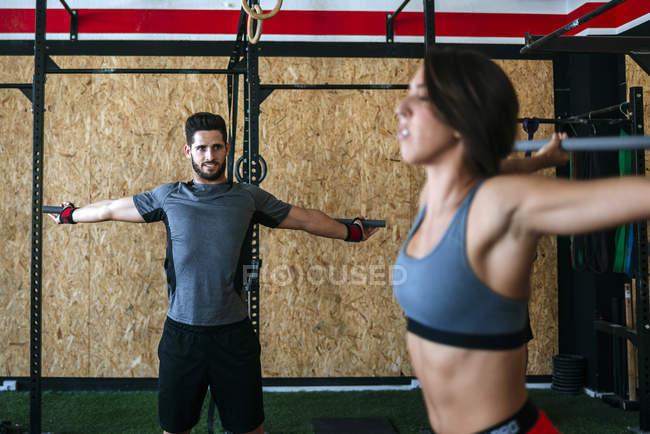 Кавказский спортсмен и женщина, занимающиеся спортом в спортзале — стоковое фото