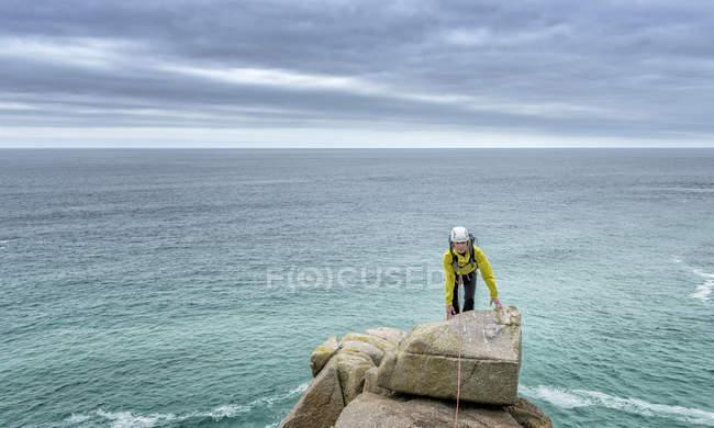 UK, Cornovaglia, donna sulla cima della via di arrampicata Commando Ridge — Foto stock