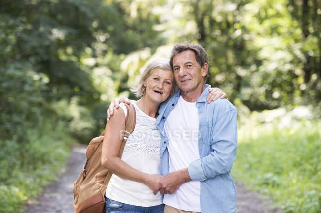 Actif mignon couple aîné câlin ensemble dans le parc — Photo de stock
