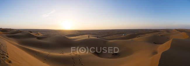 Oman, Al Raka, dunas, no deserto de Al Rimal Wahiba ao pôr do sol — Fotografia de Stock