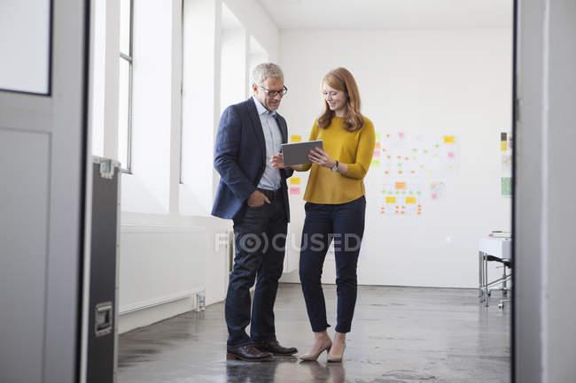 Empresário e colega de trabalho discutindo o projeto — Fotografia de Stock