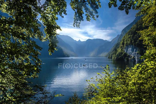 Alemanha, Baviera, pitoresco Lago Koenigssee nas montanhas — Fotografia de Stock