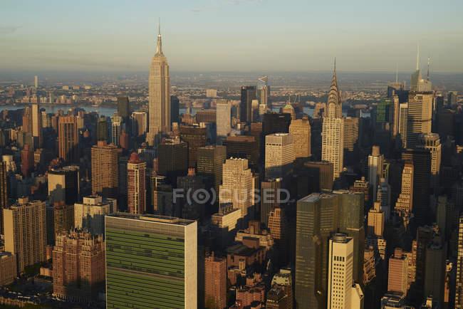 États-Unis, État de New York, New York City, quartier des affaires le matin, Empire State building, Chrysler building right et siège des Nations Unies en bas à gauche — Photo de stock