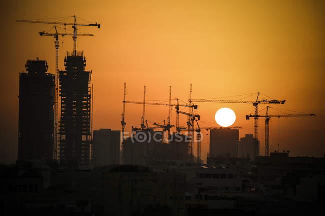 Міський пейзаж з крани на заході сонця, Тель-Авів, Ізраїль — стокове фото