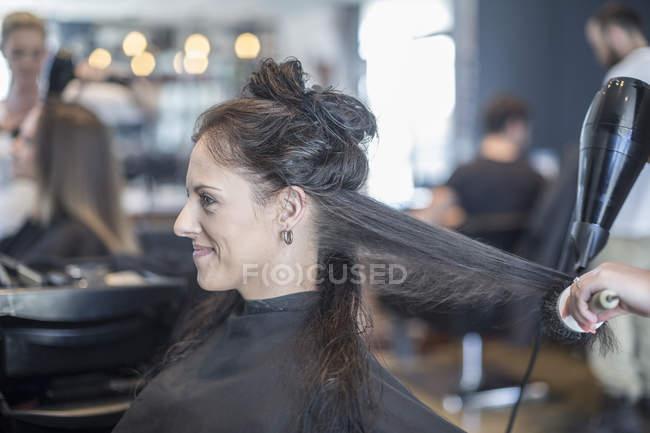 Donna in parrucchiere ottenere capelli asciugati — Foto stock