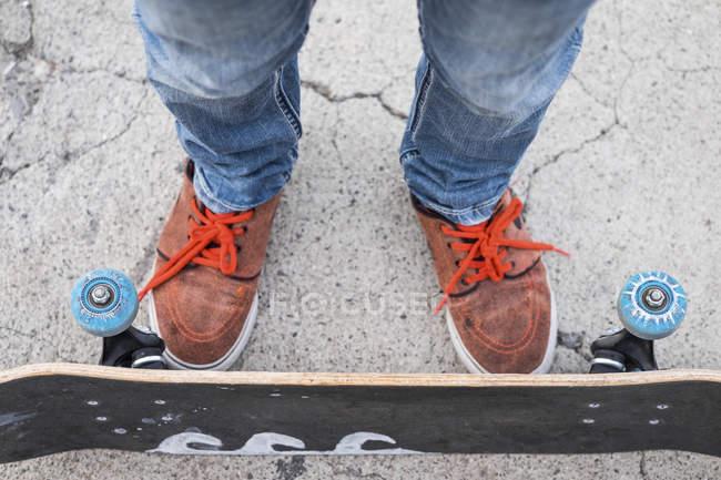 Füße und Beine der junge mit skateboard — Stockfoto