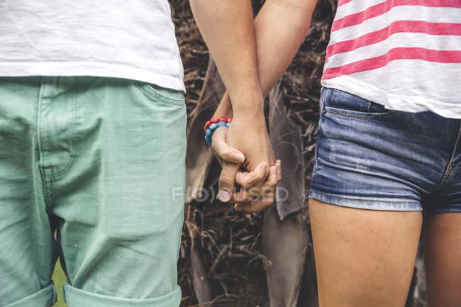 Closeup de pareja tomados de la mano - foto de stock