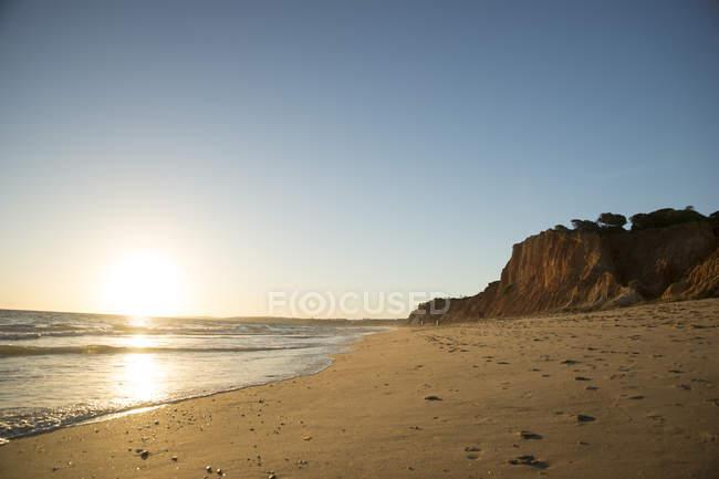 Portugal, Algarve, Albufeira, pôr do sol na praia de areia — Fotografia de Stock