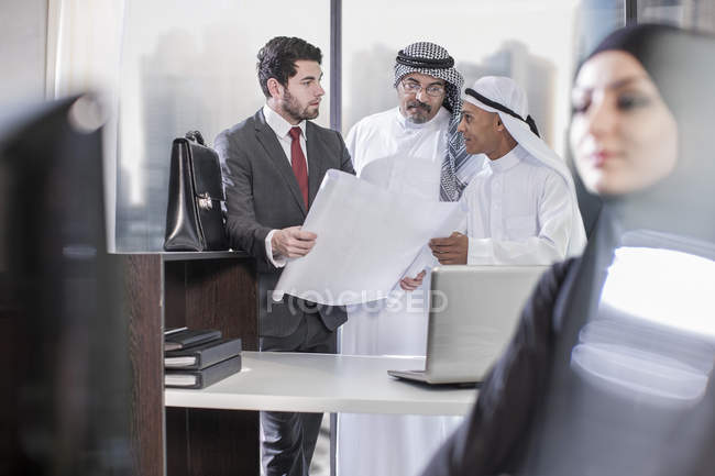 Businessman discussing plans with Middle Eastern collegues — Stock Photo