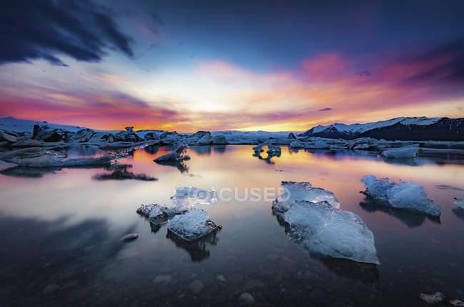 Islanda, Parco Nazionale Vatnajokull, tramonto, iceberg che galleggiano nella laguna di Jokulsarlon ghiaccio — Foto stock