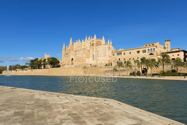 Spagna, Palma di Maiorca, veduta della Cattedrale di La Seu lungo il fiume nella luminosa giornata di sole — Foto stock