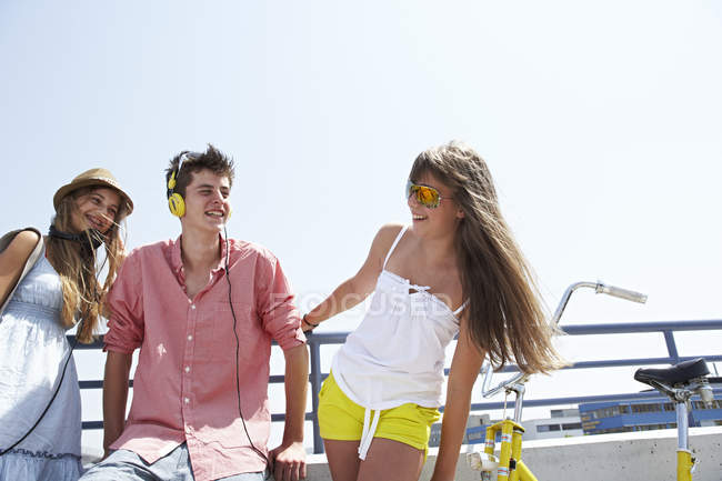 Three happy teenage friends outdoors — Stock Photo