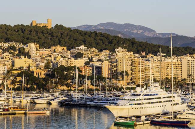 España, Islas Baleares, Mallorca, Palma de Mallorca, Castillo y puerto de Bellver - foto de stock