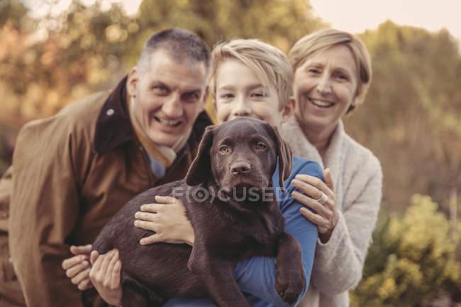 Ritratto di famiglia felice con Labrador Retriever — Foto stock