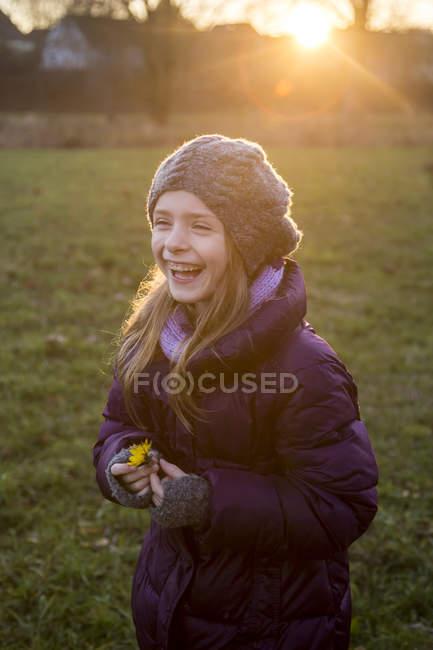 Ritratto di ragazza di risata in piedi in autunno al crepuscolo — Foto stock