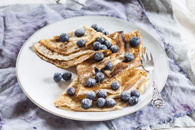 Crepes con mirtilli cosparso di zucchero sulla piastra a velo — Foto stock