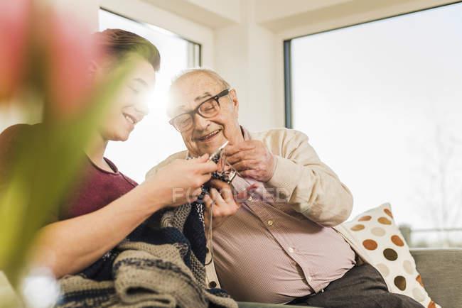 Abuelo y nieto con punto - foto de stock
