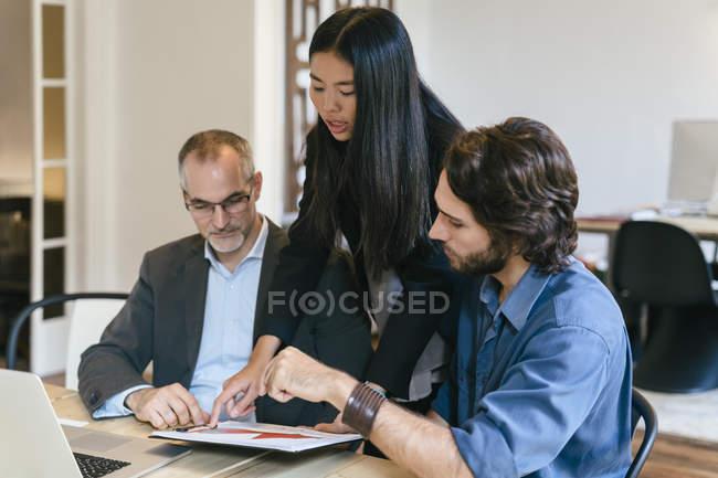 Pessoas de negócios com uma reunião de equipe no escritório — Fotografia de Stock