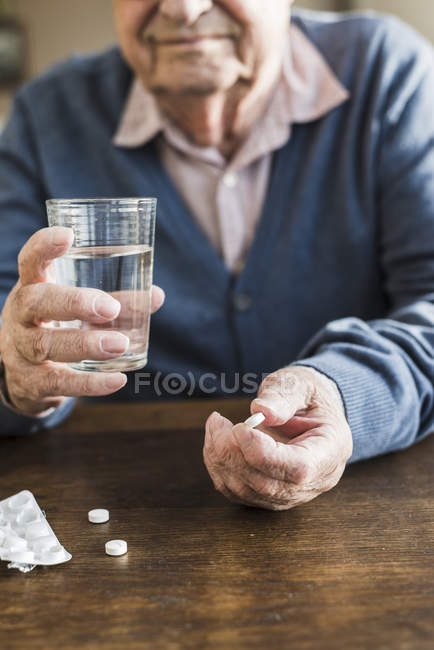 Senior homme, médicament, gros plan — Photo de stock