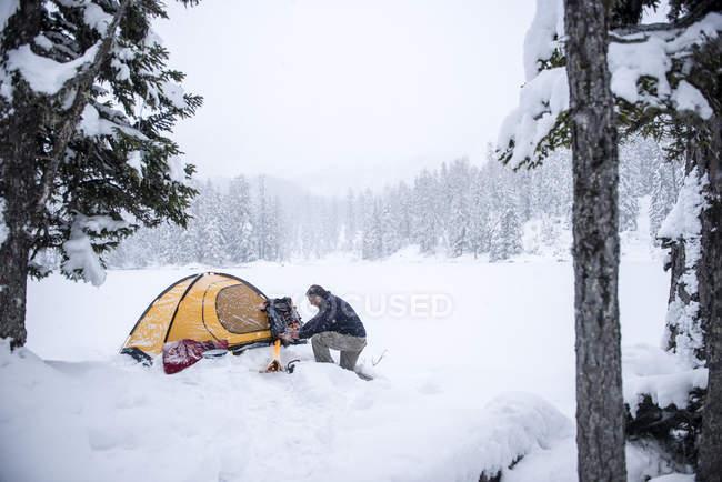 Último homem camping em paisagem coberta de neve — Fotografia de Stock
