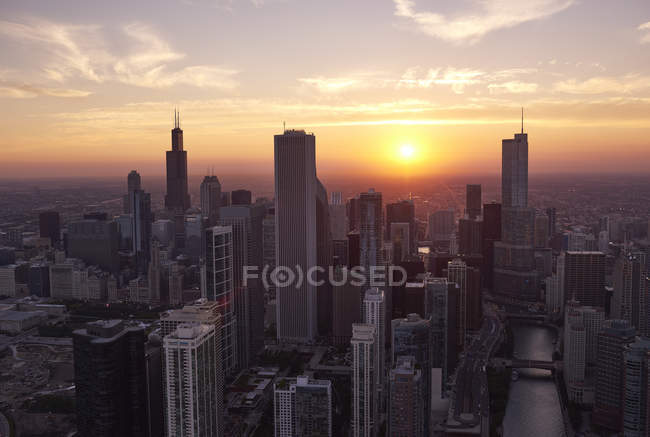 Aerial of Chicago downtown at scenic sunset, Illinois, США — стоковое фото