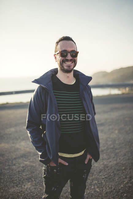 Portrait of smiling man with sunglasses — Stock Photo