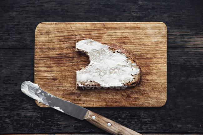 Pezzo di pane imburrato — Foto stock
