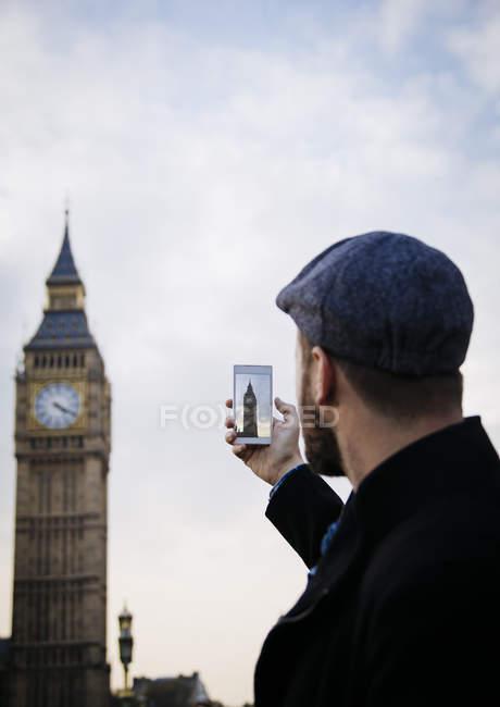 Uk, london, mann beim fotografieren von big ben — Stockfoto
