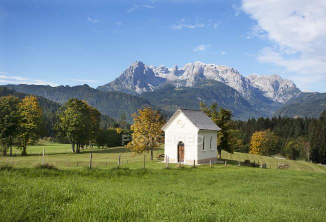 Österreich, Salzburger Land, Pongau, Werfenweng, Kapelle, Hochkönig im Hintergrund — Stockfoto