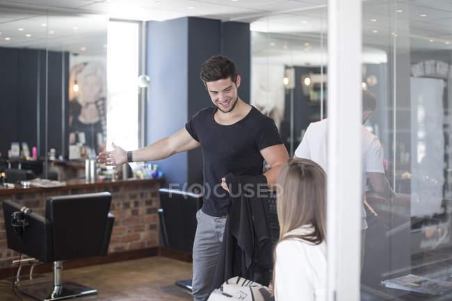 Peluquería mujer acogedora en peluquería - foto de stock