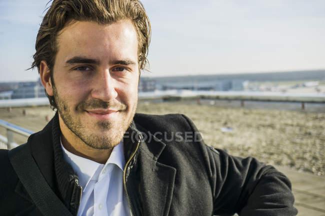 Retrato de jovem empresário no aeroporto — Fotografia de Stock