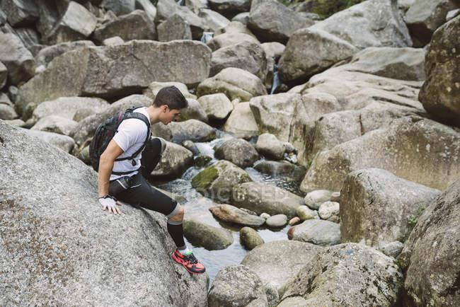 Coureur d'ultra trail escalade sur les rochers — Photo de stock