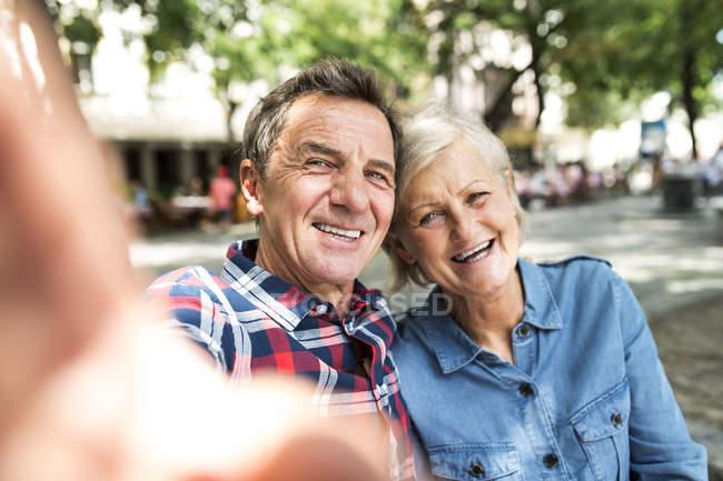 Щаслива пара мило старший беручи selfie в парку — стокове фото