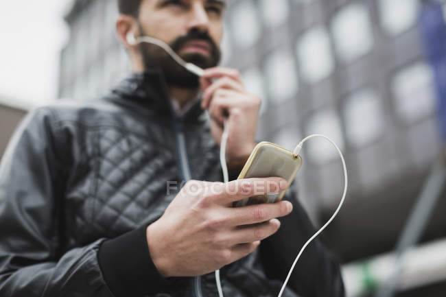 Hand of man holding smartphone, close-up — Stock Photo