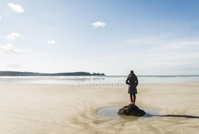 Donna in piedi sulla roccia in spiaggia, Francia, Bretagne, Finistere, penisola di Crozon — Foto stock