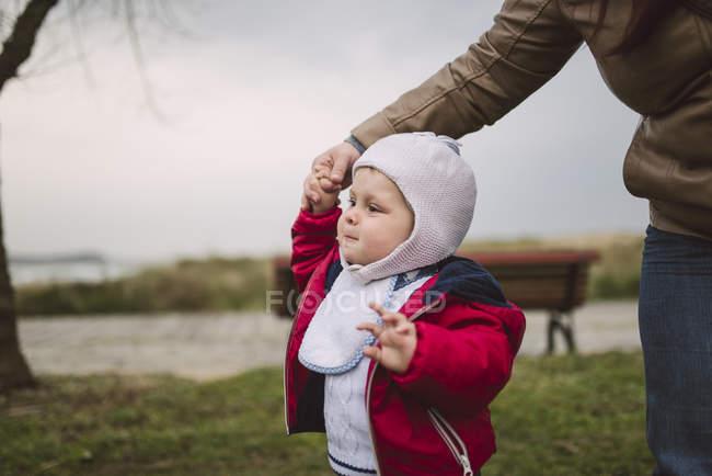 Enfant apprenant à marcher avec l'aide de sa mère — Photo de stock