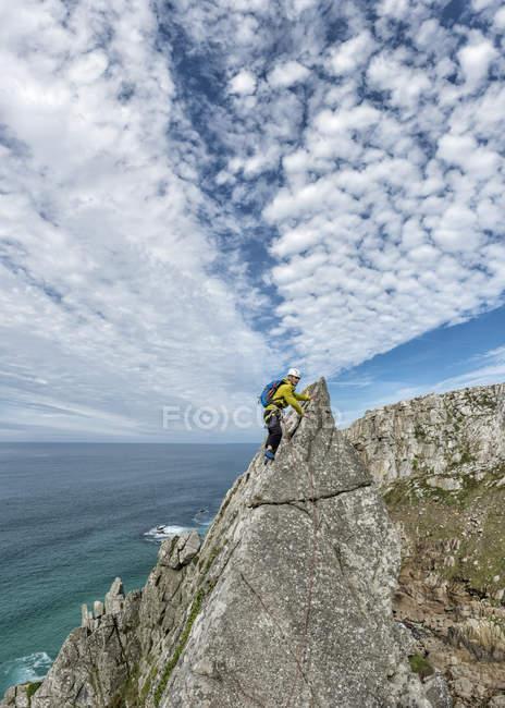 Великобритания, Корнуолл, женщина на вершине маршрута восхождения по коммандо-хребту — стоковое фото