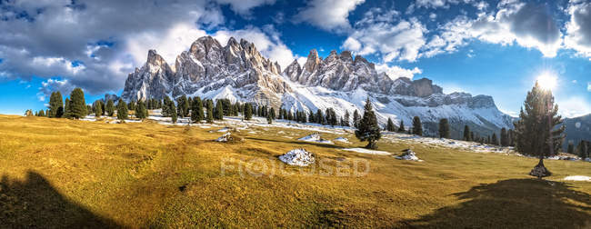 Italy, Geisler Puez Nature Park, Mountain pasture with Geisler group and Sass Rigais in background — Stock Photo