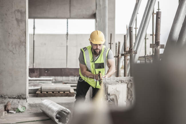 Construction worker working in construction site — Stock Photo